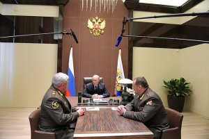 Nikolai Rogozhkin (izquierda) y Sergéi Melikov (derecha) con Vladímir Putin. Fuente: Kremlin.ru