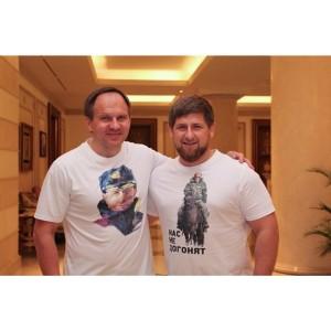 con camisetas con el enviado del caucaso